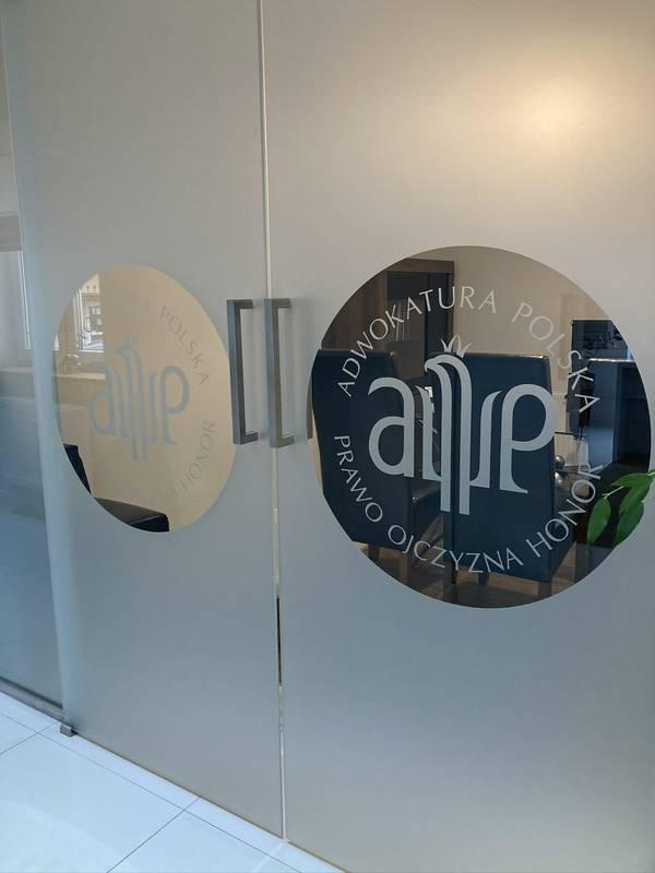 Drzwi kancelarii z logo Adwokatura Polska